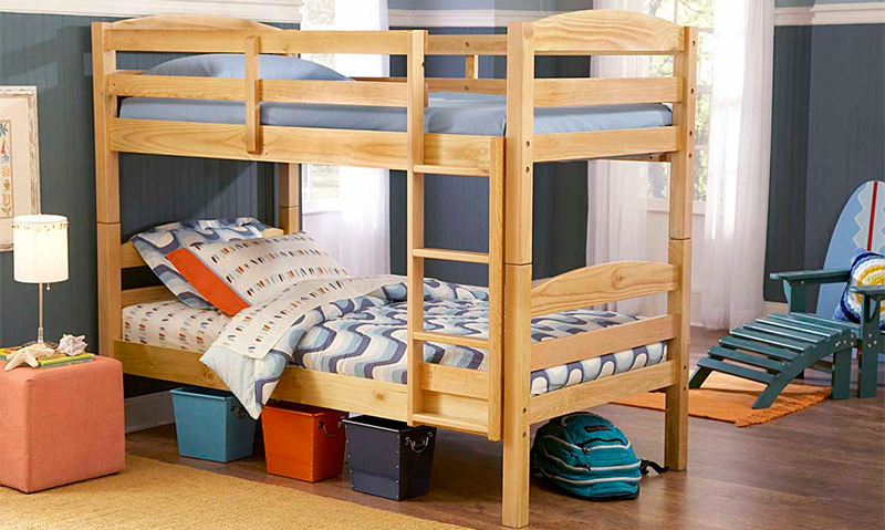 Готовая кровать из дерева в двух уровнях