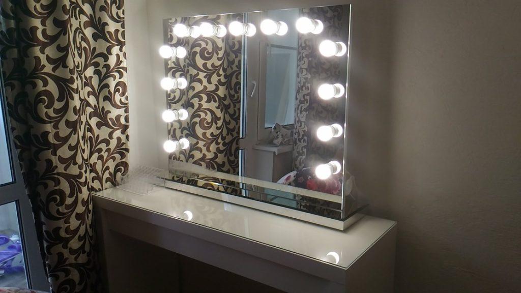 Столик для макияжа с глянцевой столешницей из МДФ