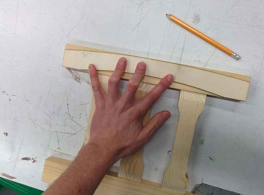 Выпиливание верхней плашки спинки стула