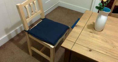 Деревянный стул с мягкой подушкой в интерьере