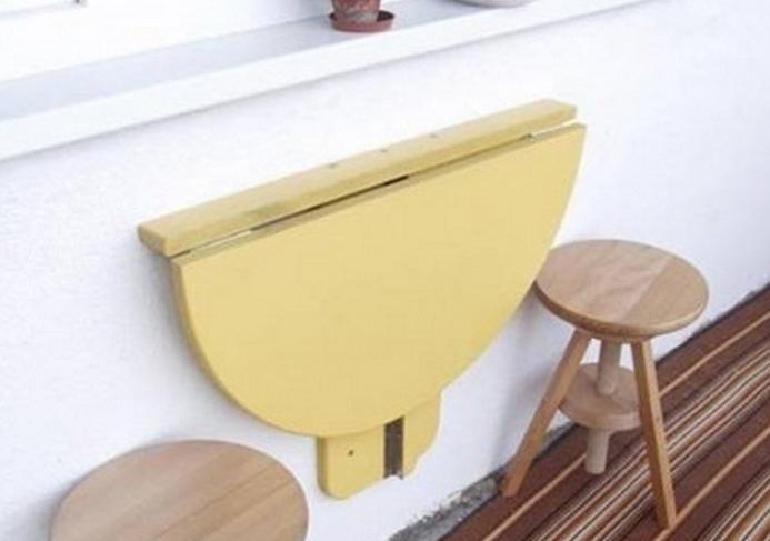 Откидной столик в сложенном виде на балконе
