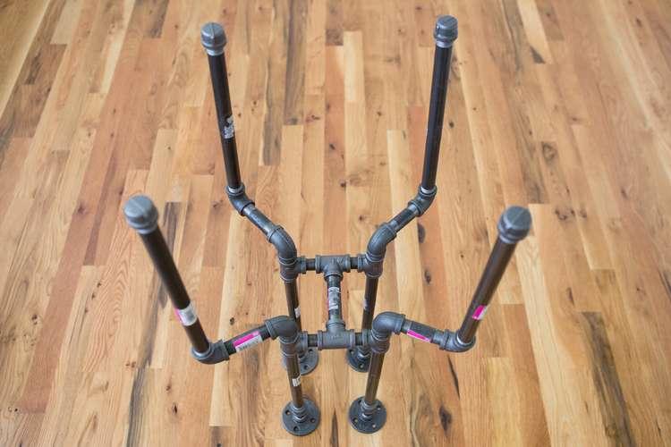 Собранное основание барного стула из труб