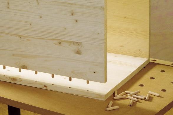 Соединение мебельных щитов тумбы дюбелями