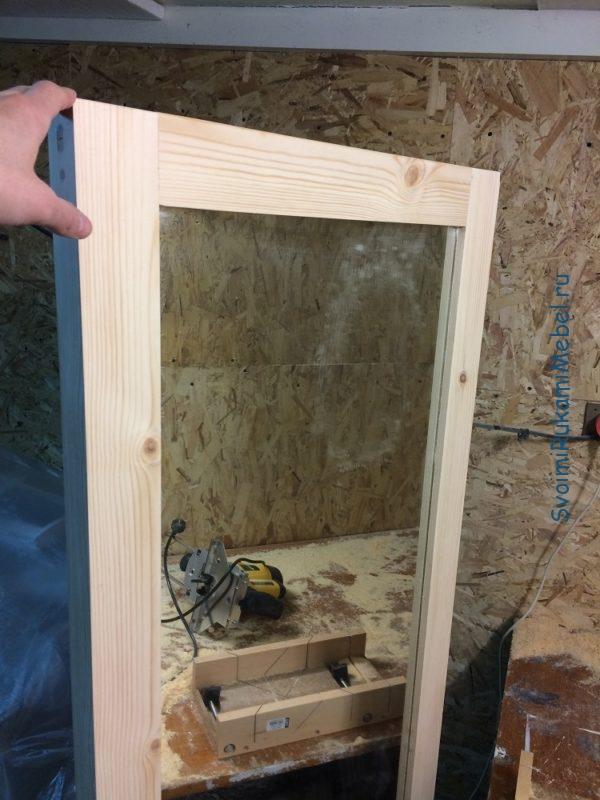 Готовое навесное зеркало с рамой из массива дерева
